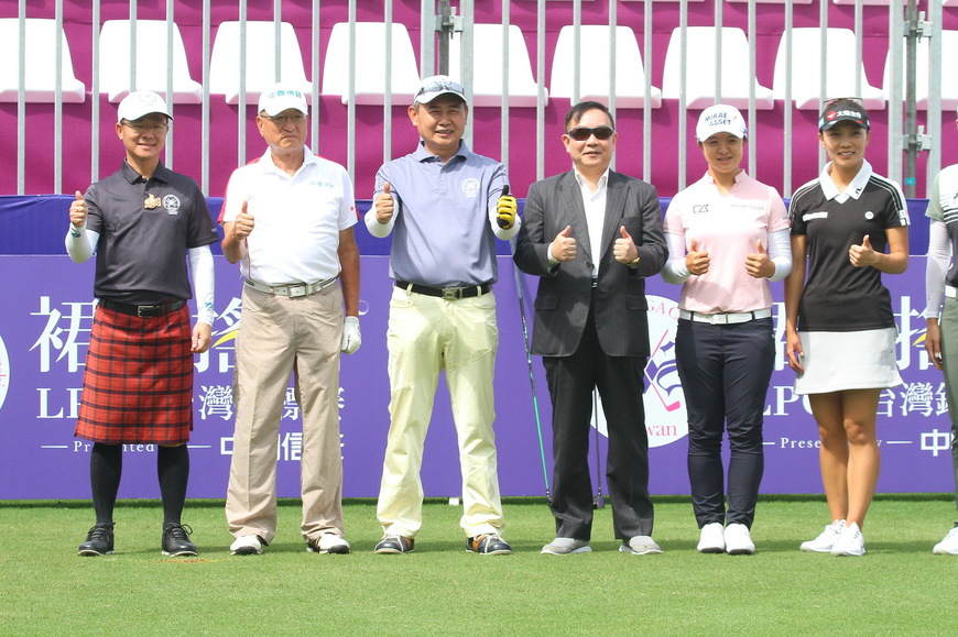 Pic 1024 pro am sei young kim  teresa lu and sung hyun park pose a photo with three tee off guests and deputy mayor wang of taoyuan city